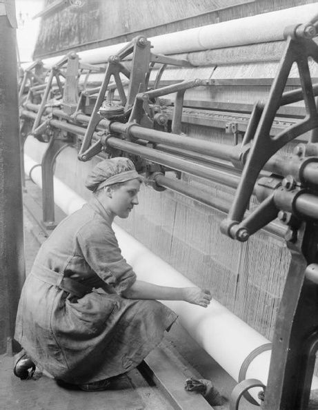 Women_at_work_during_the_First_World_War_Q28122.jpg