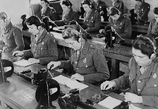 british-enlisted-women-learning-morse-code-in-classroom-ca-1942-world-eg6nb2